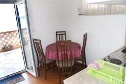 Обеденная зона. Черногория, Игало : Апартамент с отдельной кухней, спальней, с балконом и видом на море