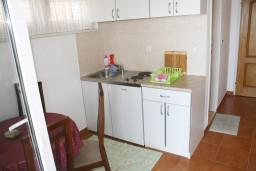 Кухня. Черногория, Игало : Апартамент с отдельной кухней, спальней, с балконом и видом на море