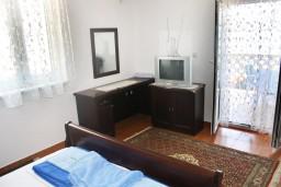 Спальня. Черногория, Игало : Апартамент с отдельной кухней, спальней, с балконом и видом на море
