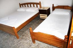 Спальня. Черногория, Мельине : Апартамент для 5 человек с двумя отдельными спальнями, с балконом и видом на море