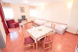 Гостиная. Черногория, Игало : Замечательный апартамент с отдельной спальней, с балконом с видом на море