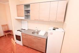 Кухня. Черногория, Игало : Замечательный апартамент с отдельной спальней, с балконом с видом на море