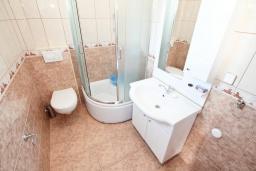 Ванная комната. Черногория, Игало : Замечательный апартамент с отдельной спальней, с балконом с видом на море