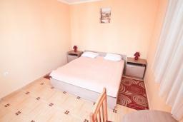 Спальня. Черногория, Игало : Замечательный апартамент с отдельной спальней, с балконом с видом на море