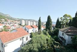 Вид на море. Черногория, Игало : Замечательный апартамент с отдельной спальней, с балконом с видом на море