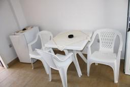 Обеденная зона. Черногория, Мельине : Апартамент с отдельной спальней, с балконом и видом на море