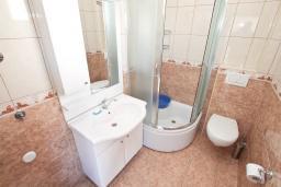 Ванная комната. Черногория, Игало : Уютная студия с балконом с видом на море