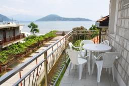 Балкон. Черногория, Игало : Апартамент на 3 этаже на 4 человек на вилле с бассейном