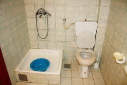 Ванная комната. Черногория, Игало : Апартамент на 3 этаже на 4 человек на вилле с бассейном
