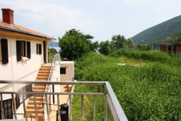 Вид. Черногория, Игало : Студия на 2 этаже с балконом на берегу детского пляжа