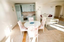Обеденная зона. Черногория, Святой Стефан : Люкс апартамент с одной спальней на Святом Стефане