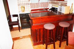 Кухня. Черногория, Баошичи : Дом в Баошичи, 2 спальни, 2 ванные комнаты, стиральная машина, Wi-Fi.