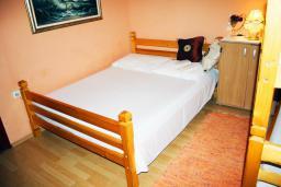 Спальня. Черногория, Баошичи : Дом в Баошичи, 2 спальни, 2 ванные комнаты, стиральная машина, Wi-Fi.