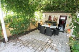 Терраса. Черногория, Баошичи : Уютный домик с отдельной спальней, Wi-Fi, с террасой, возле моря в Баошичи.