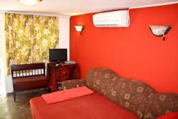 Гостиная. Черногория, Баошичи : Уютный домик с отдельной спальней, Wi-Fi, с террасой, возле моря в Баошичи.