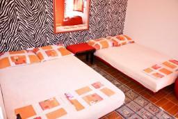 Спальня. Черногория, Баошичи : Уютный домик с отдельной спальней, Wi-Fi, с террасой, возле моря в Баошичи.