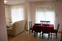 Гостиная. Черногория, Игало : Новый апартамент с 2 спальнями и огромной террасой на первом этаже.