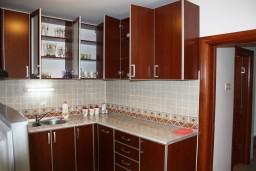 Кухня. Черногория, Игало : Новый апартамент с 2 спальнями и огромной террасой на первом этаже.