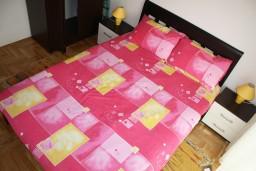 Спальня. Черногория, Игало : Новый апартамент с 2 спальнями и огромной террасой на первом этаже.