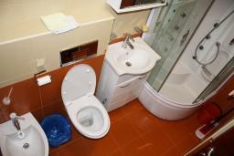 Ванная комната. Черногория, Игало : Новый апартамент с 2 спальнями и огромной террасой на первом этаже.