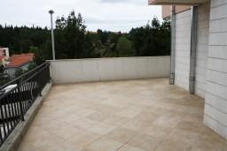 Балкон. Черногория, Игало : Новый апартамент с 2 спальнями и огромной террасой на первом этаже.