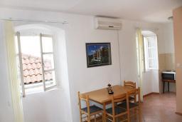 Обеденная зона. Черногория, Герцег-Нови : Апартамент с отдельной спальней, с террасой и видом на море