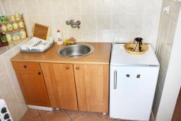 Кухня. Черногория, Герцег-Нови : Апартамент с отдельной спальней, с террасой и видом на море