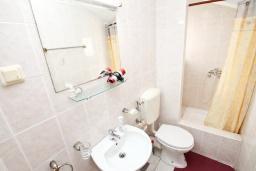 Ванная комната. Черногория, Герцег-Нови : Студия с балконом и шикарным видом на море