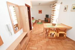 Гостиная. Черногория, Герцег-Нови : Апартамент для 4-6 человек, с большой гостиной, с двумя отдельными спальнями, балконом и видом на море, 100 метров до пляжа