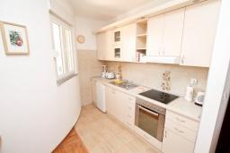 Кухня. Черногория, Герцег-Нови : Апартамент для 4-6 человек, с большой гостиной, с двумя отдельными спальнями, балконом и видом на море, 100 метров до пляжа