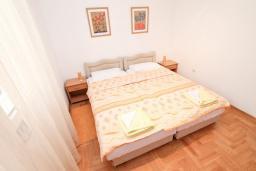 Спальня. Черногория, Герцег-Нови : Апартамент для 4-6 человек, с большой гостиной, с двумя отдельными спальнями, балконом и видом на море, 100 метров до пляжа