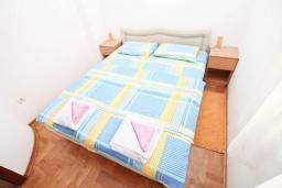 Спальня 2. Черногория, Герцег-Нови : Апартамент для 4-6 человек, с большой гостиной, с двумя отдельными спальнями, балконом и видом на море, 100 метров до пляжа