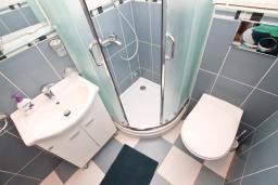 Ванная комната. Черногория, Герцег-Нови : Апартамент для 4-6 человек, с большой гостиной, с двумя отдельными спальнями, балконом и видом на море, 100 метров до пляжа
