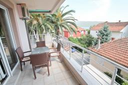 Балкон. Черногория, Герцег-Нови : Апартамент для 4-6 человек, с большой гостиной, с двумя отдельными спальнями, балконом и видом на море, 100 метров до пляжа