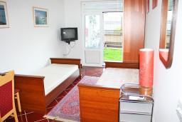 Студия (гостиная+кухня). Черногория, Игало : Уютная студия в Игало со всеми удобствами.