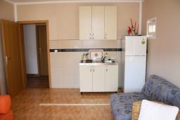 Студия (гостиная+кухня). Черногория, Игало : Студия  со всеми удобствами, комфортабельной мебелью и видом на море.