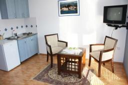 Кухня. Черногория, Игало : Комфортабельная студия с балконом и видом на море.