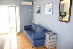 Студия (гостиная+кухня). Черногория, Игало : Комфортабельная студия с балконом и видом на море.
