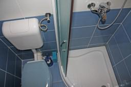 Ванная комната. Черногория, Игало : Комфортабельная студия с балконом и видом на море.
