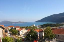 Вид на море. Черногория, Игало : Комфортабельный апартамент со всеми удобствами для четверых с балконом и видом на море.