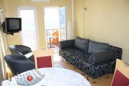 Гостиная. Черногория, Игало : Комфортабельный апартамент со всеми удобствами для четверых с балконом и видом на море.