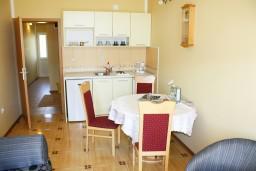 Обеденная зона. Черногория, Игало : Комфортабельный апартамент со всеми удобствами для четверых с балконом и видом на море.