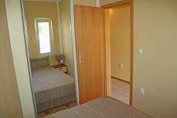 Спальня. Черногория, Игало : Комфортабельный апартамент со всеми удобствами для четверых с балконом и видом на море.
