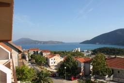 Вид на море. Черногория, Игало : Комфортабельный апартамент с балконом и видом на море.