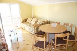 Гостиная. Черногория, Игало : Комфортабельный апартамент с балконом и видом на море.