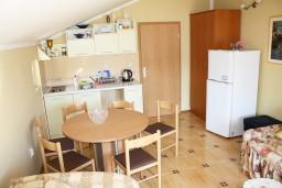 Обеденная зона. Черногория, Игало : Комфортабельный апартамент с балконом и видом на море.