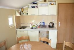 Кухня. Черногория, Игало : Комфортабельный апартамент с балконом и видом на море.