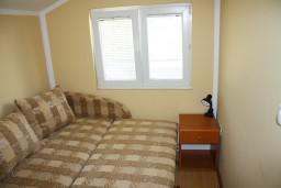 Спальня. Черногория, Игало : Комфортабельный апартамент с балконом и видом на море.