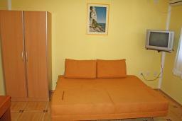 Черногория, Игало : Желтая студия на 3-х человек на втором этаже.