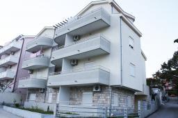 Фасад дома. Черногория, Игало : Большая современная студия на втором этаже